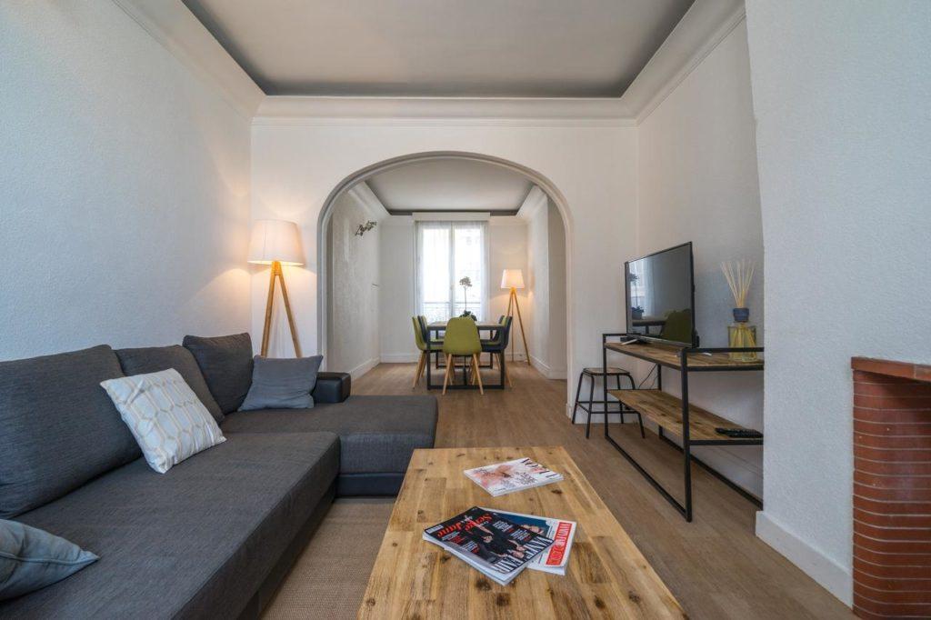 O apartamento Eiffel Tower view Family Friendly é uma ótima opção custo-benefício - Foto: Divulgação