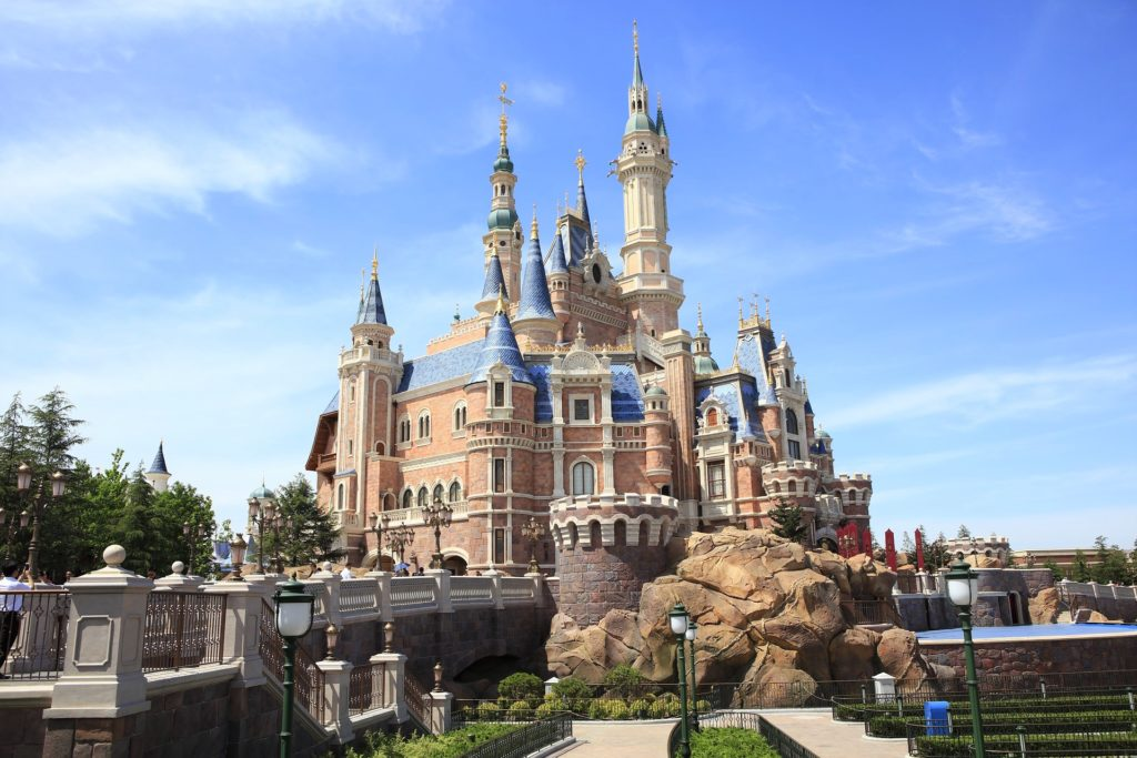 Vista do Enchanted Storybook Castle, na Disneyland Shanghai, na China. Foto de xin chen por Pixabay.
