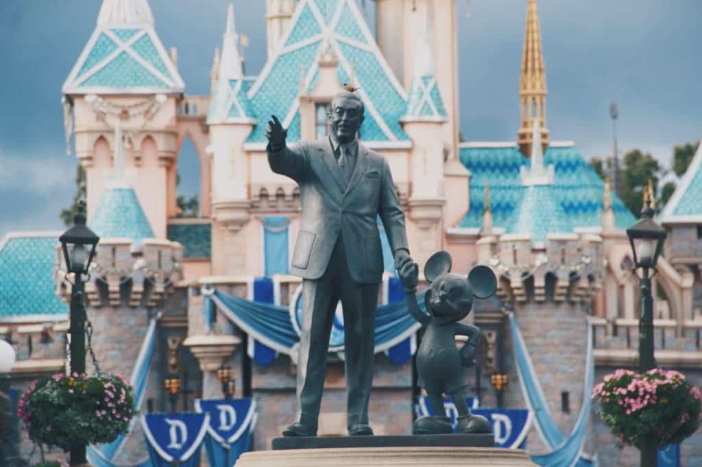 Estátua de Walt Disney com o Mickey em um dos parques da Disney - Foto: via Pxhere