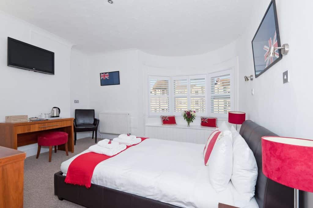 Quarto do Hamptons Brighton. Foto via booking.com