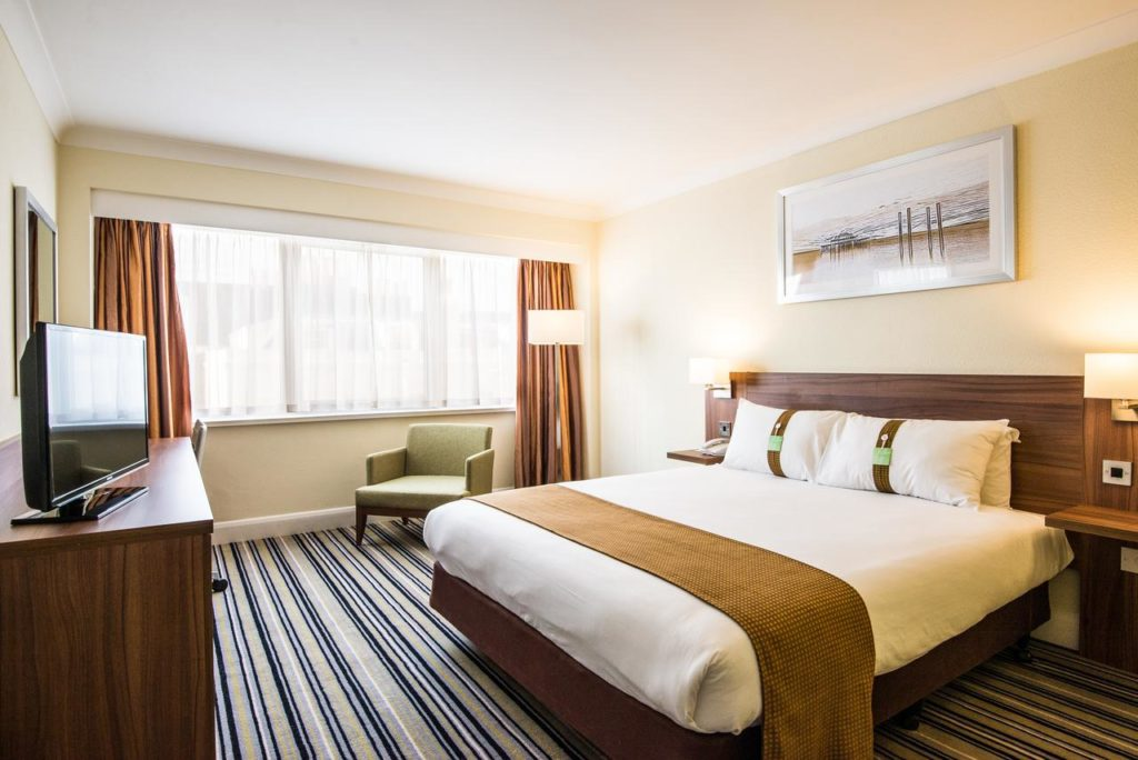 Quarto do Holiday Inn Brighton. Foto via booking.com