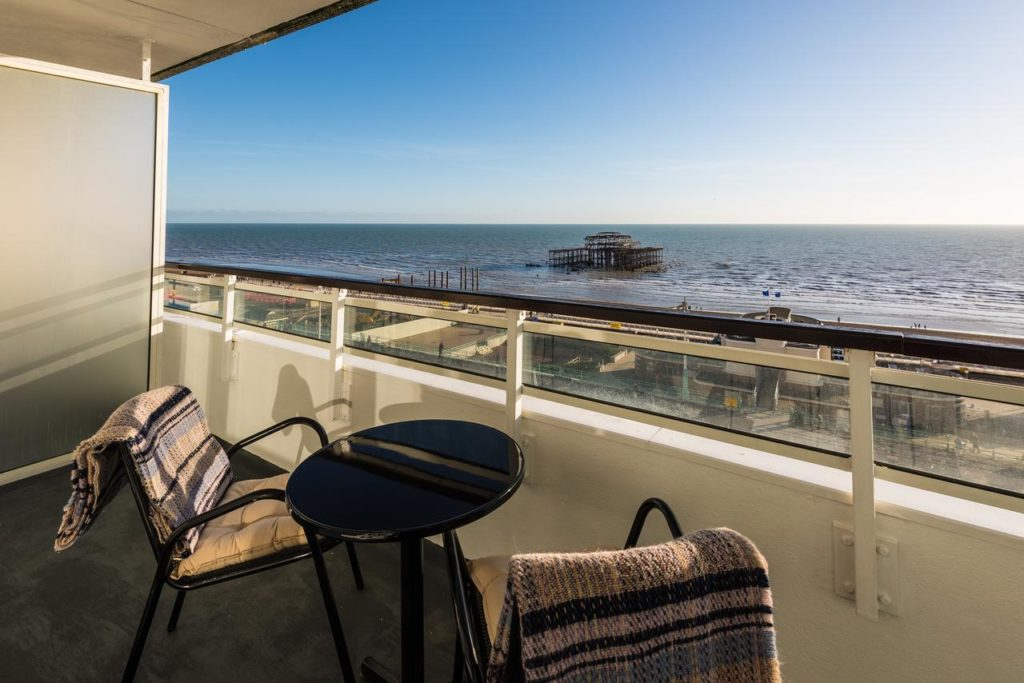 Vista do mar pela varanda do Holiday Inn Brighton. Foto via booking.com