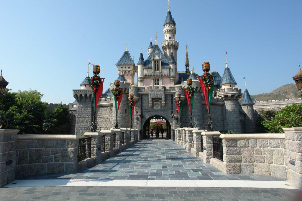 O castelo da Bela Adormecida da Disneyland Hong Kong. Foto de Hieu Duong via Pixabay.