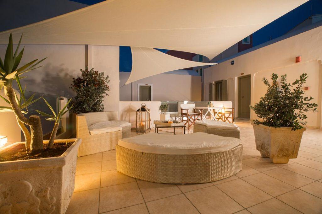 Vista de sofás da área comum do hotel Aldea em Santorini.