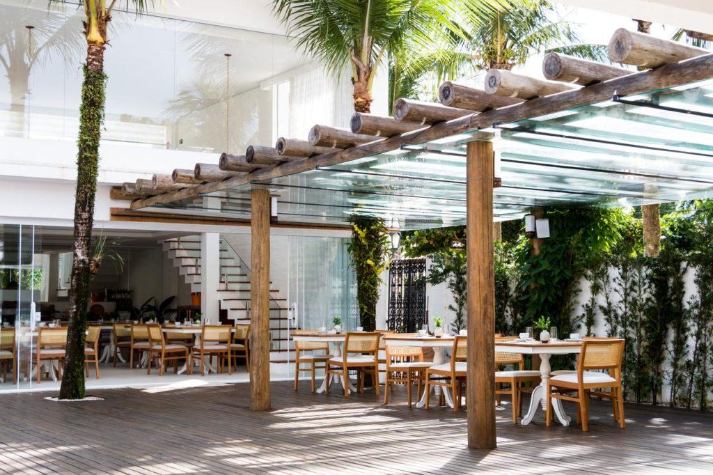 Deck do restaurante em madeira na Hotel Maui Maresias