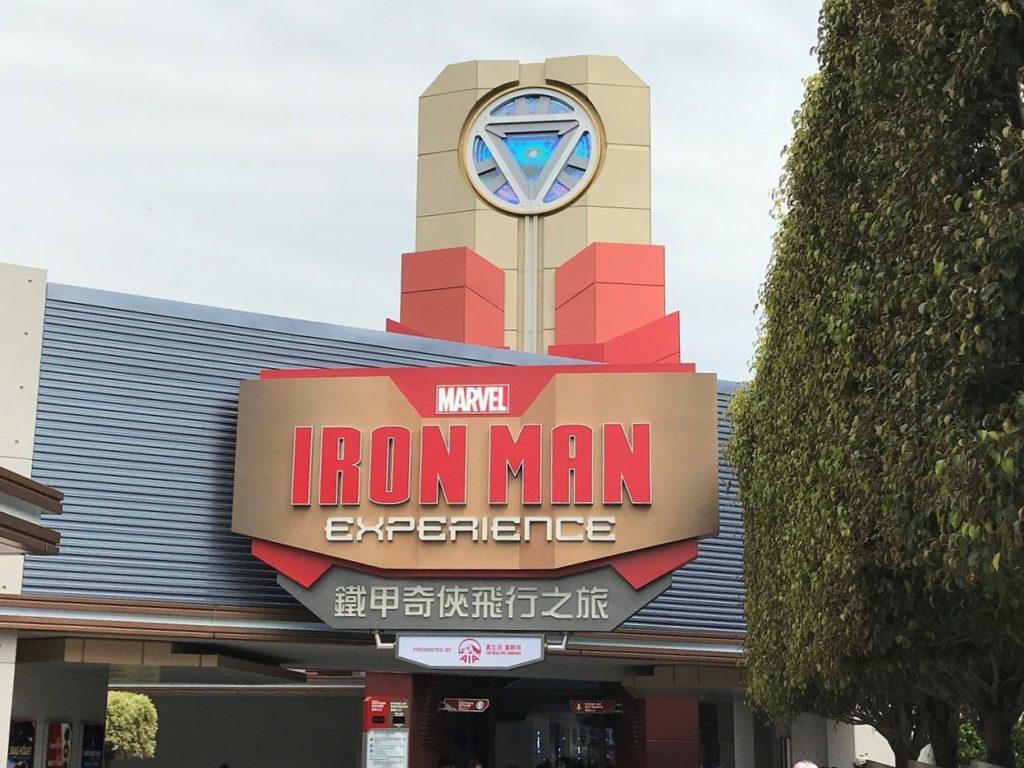 Vista da entrada da atração Iron Man Experience, da Disney de Hong Kong. Foto de Ngchikit via Wikimedia.