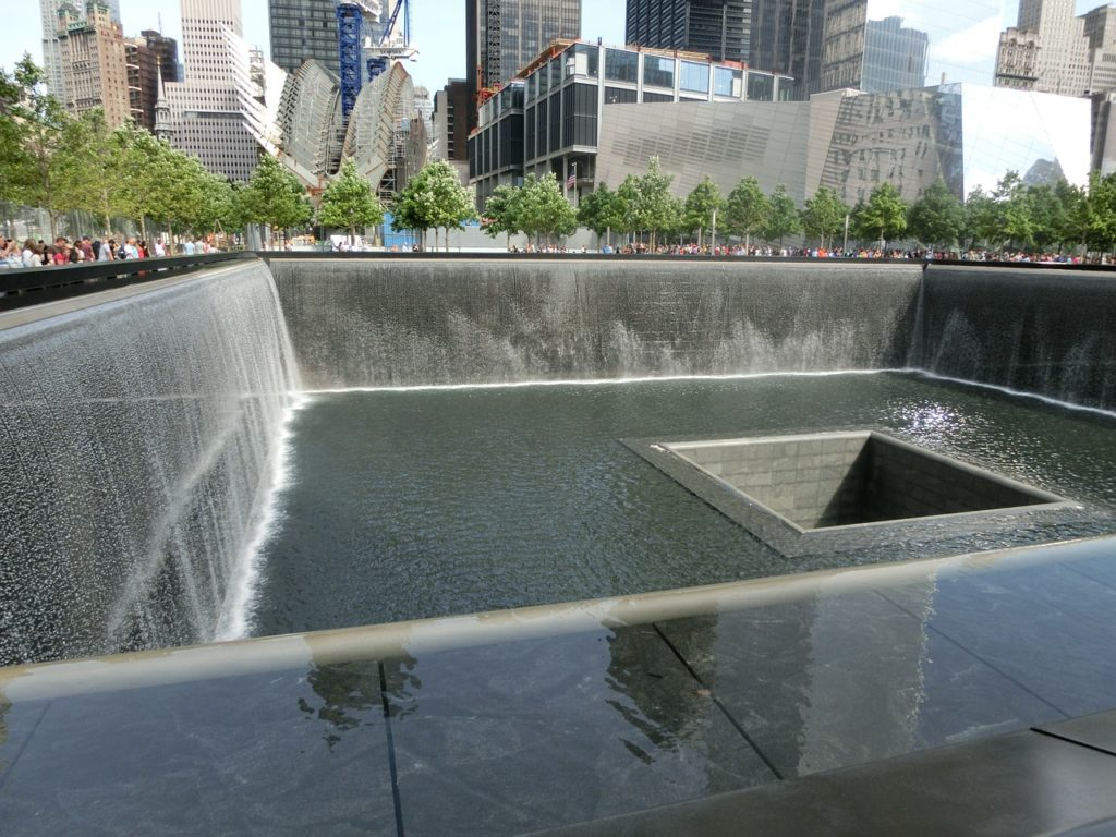 Vista das quedas d'água do memorial do Ground Zero - Foto de Jens Junge por Pixabay