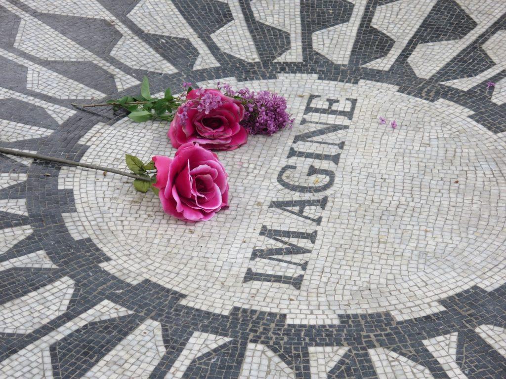 Foto do memorial Strawberry Fields no Central Park, uma visita interessante em um roteiro Nova York 1 dia. Foto do Pixabay.