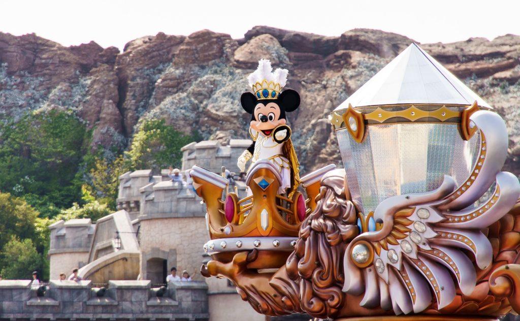 Mickey em barco do Tokyo Disney Sea. Foto de Sam Chen via Pixabay.