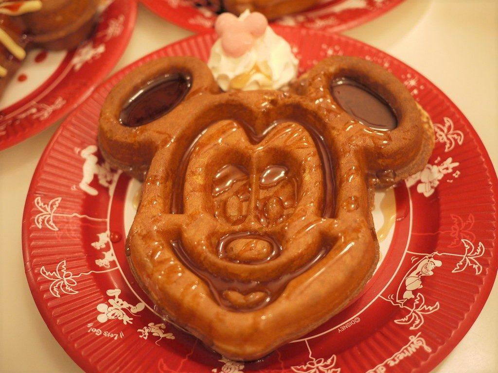 Waffle em formado de Mickey com cauda, na Tokyo Disneyland. Foto de e_chaya via Flickr.