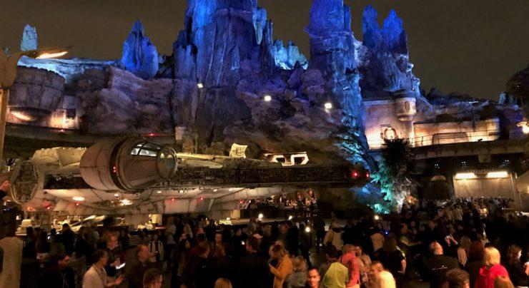 Millenniun Falcon à noite da área Star Wars Galaxy's Edge da Disneyland California.
