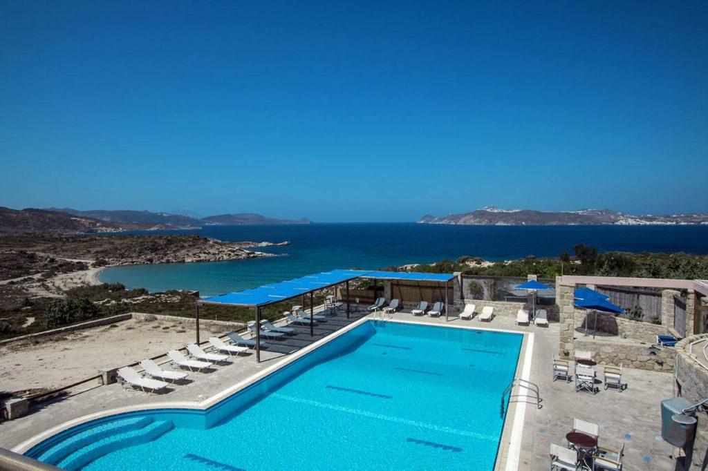 A piscina com vista da Achivadolimni Bungalows and Camping - Foto: divulgação
