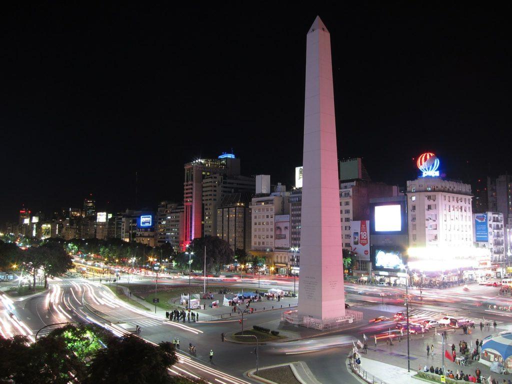 O Obelisco na Avenida 9 de Julio - um dos pontos turísticos de Buenos Aires