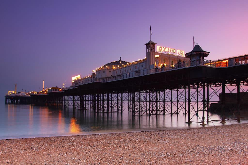 Imagem de entardecer no Brighton Pier em Brighton. Foto de Eric Hossinger via Flickr.