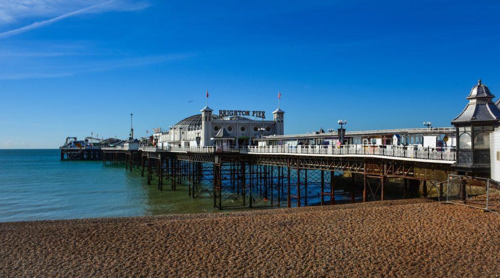 Vista do Brighton Pier em praia vazia. Foto de Christophe Schindler via Pixabay.