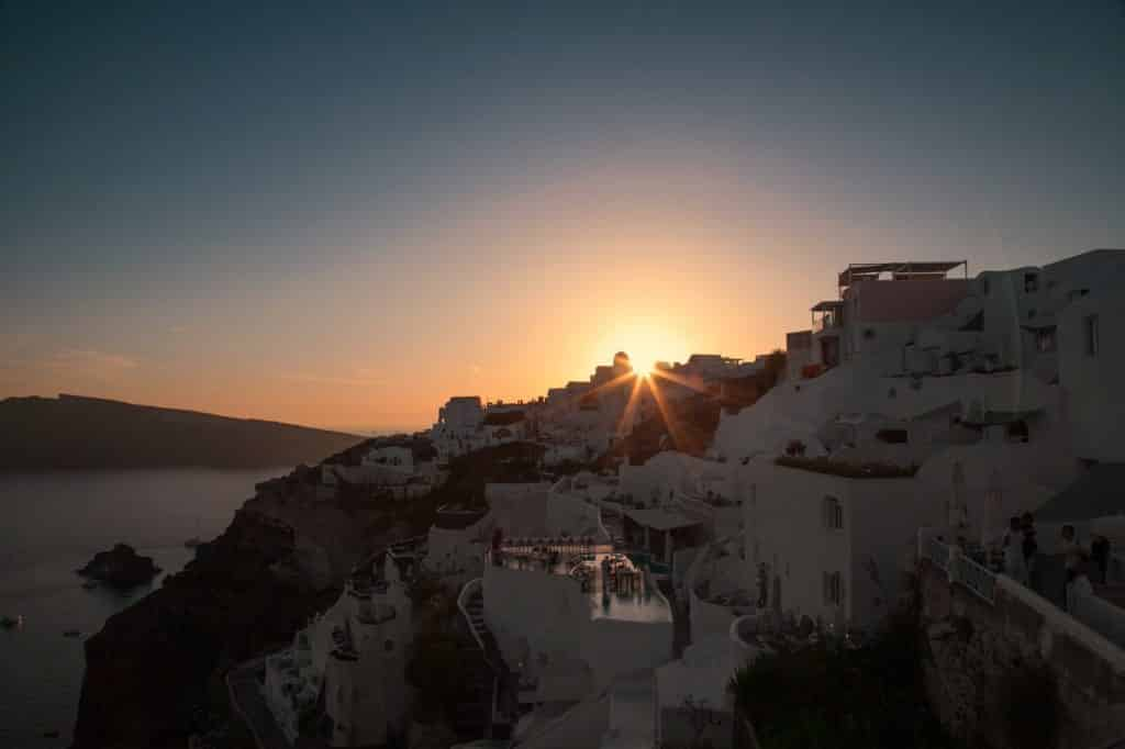Uma das principais atrações em Santorini - O pôr do sol em Oia - Foto: jimmy teoh via Pexels