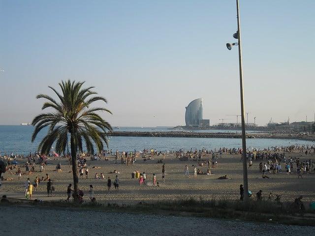 Praia de Praia de La Barceloneta e ao fundo o W Hotel na Praia de San Sebastià - Foto: Oh-Barcelona.com via Flickr