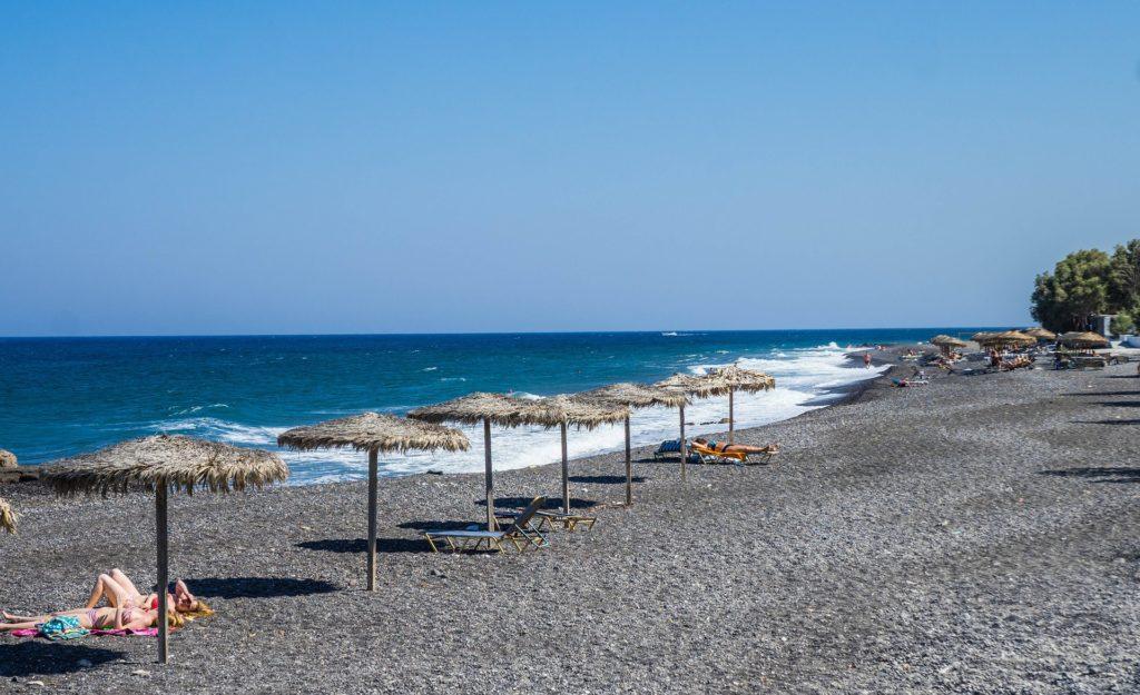 A praia de Karamari com guarda-sol de palha. Foto de Michelle Maria via Pixabay.