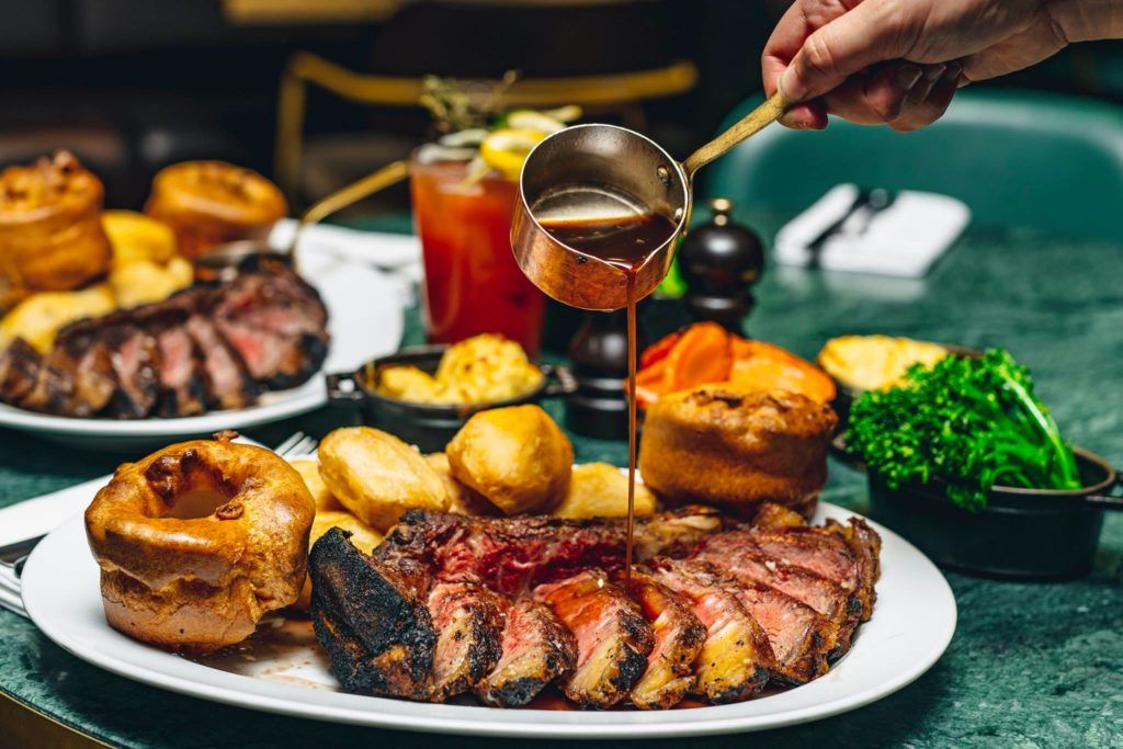 Imagem de prato de carne com acompanhamentos e molho, do restaurante The Coal Shed. Foto da página do Facebook oficial do restaurante.