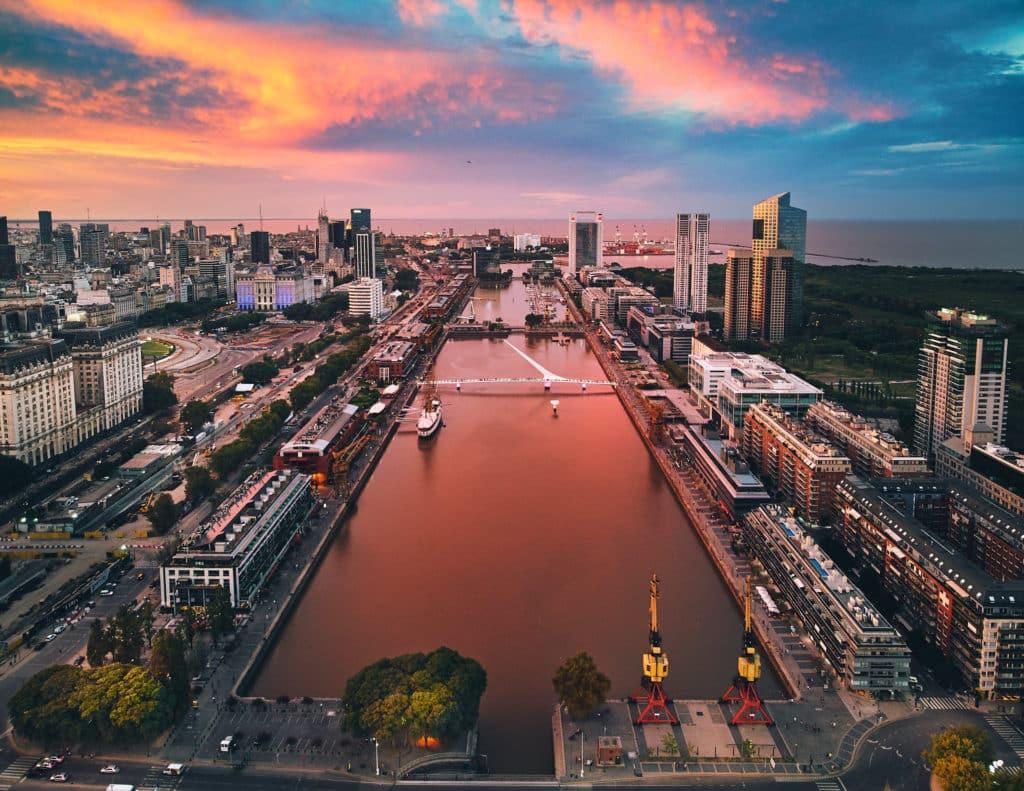 Vista aérea do Puerto Madero, em Buenos Aires, à luz do crepúsculo. Foto de Deensel via Flickr