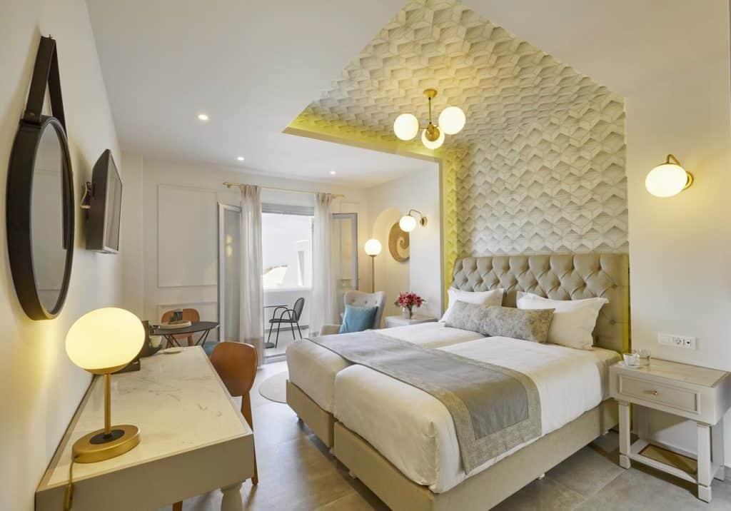 Cama de casal em quarto do hotel De Sol Hotel & Spa.