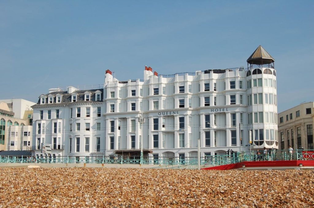 Fachada do Queens Hotel Brighton. Foto via booking.com
