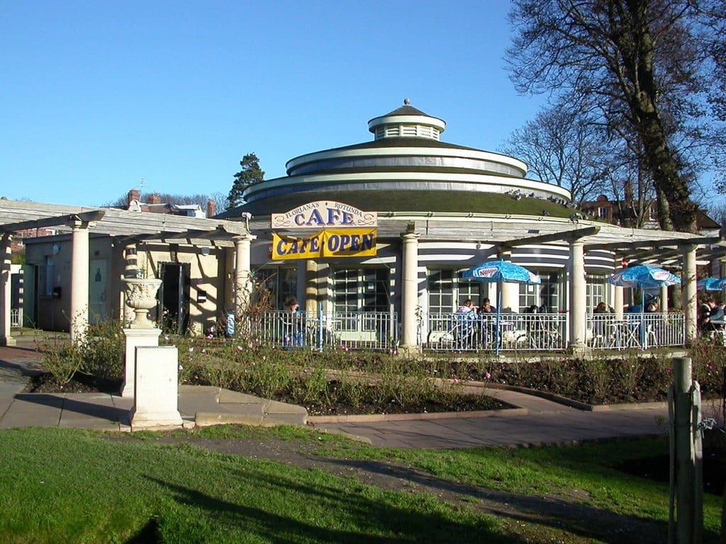 Na imagem as instalações de um dos cafés do Preston Park. Foto de Hassocks5489 via Wikimedia.