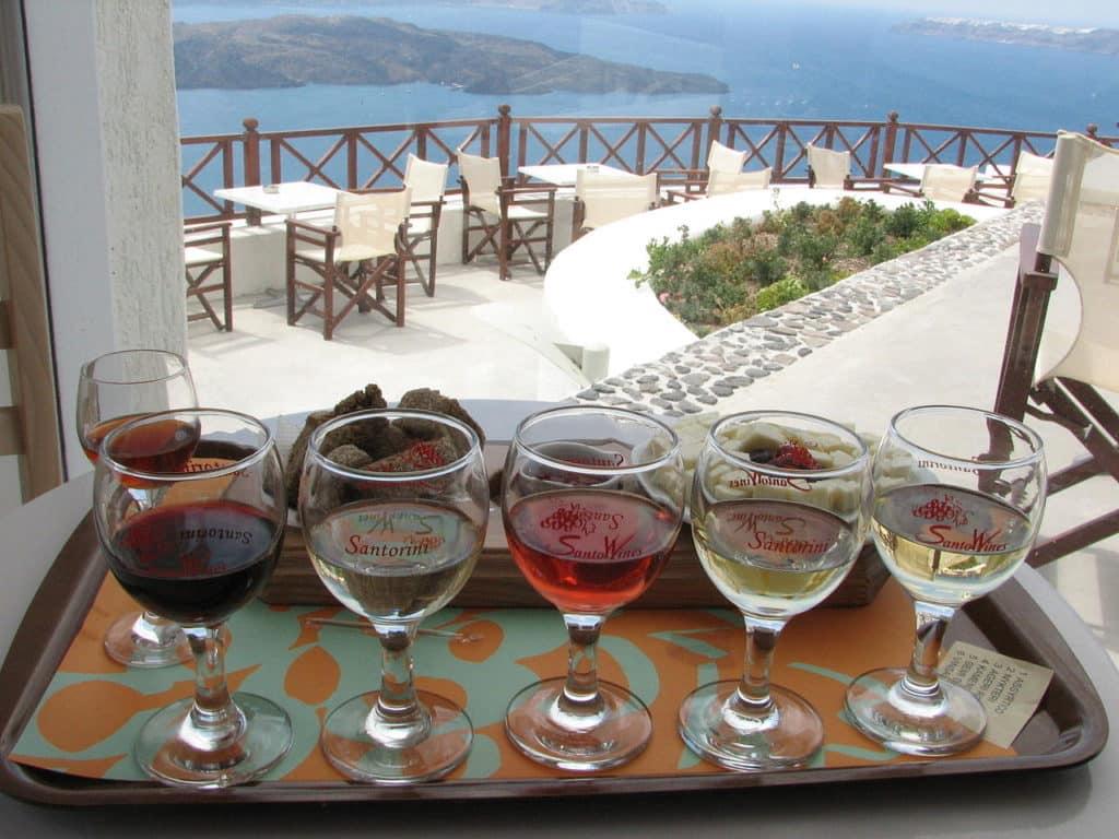 Bandeja de vinhos Santo Wines de vários tipos em Santorini, Grécia. Foto de Marcelo Costa via Wikimedia.