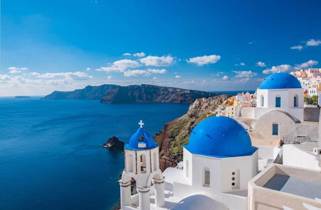 Telhado azul de igreja em Santorini, com vista para o mar. Foto de Russell_Yan por Pixabay.