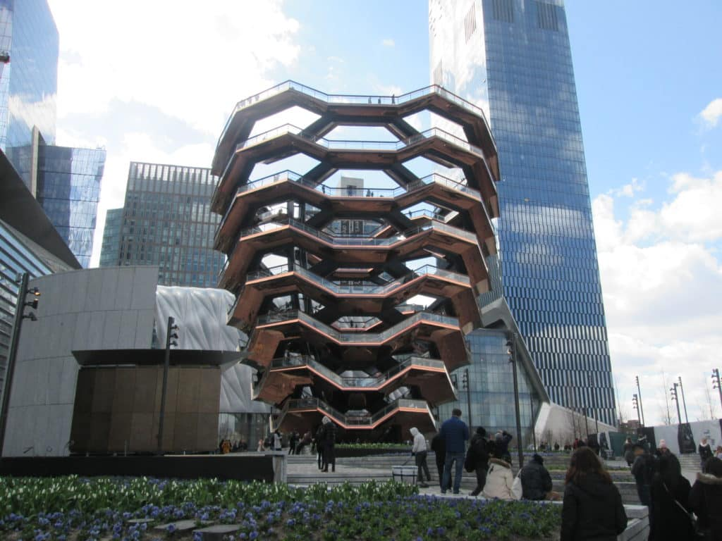 Vista do The Vessel, no Hudson Yard em Nova York, para um roteiro Nova York 1 dia. Foto por Wikimedia.