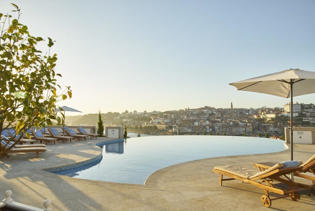 piscina com vista para a cidade do Porto do Hotel The Yeatman