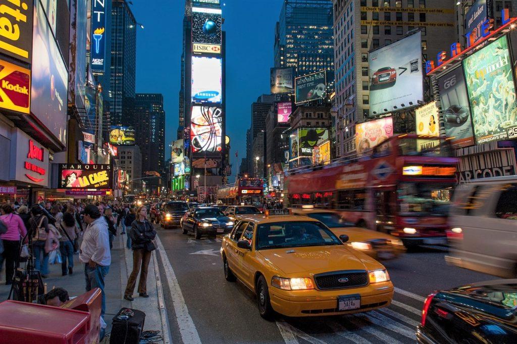 Passeio imperdível no roteiro Nova York 1 dia: a Times Square, com os típicos taxis amarelos. Foto do Pixabay.