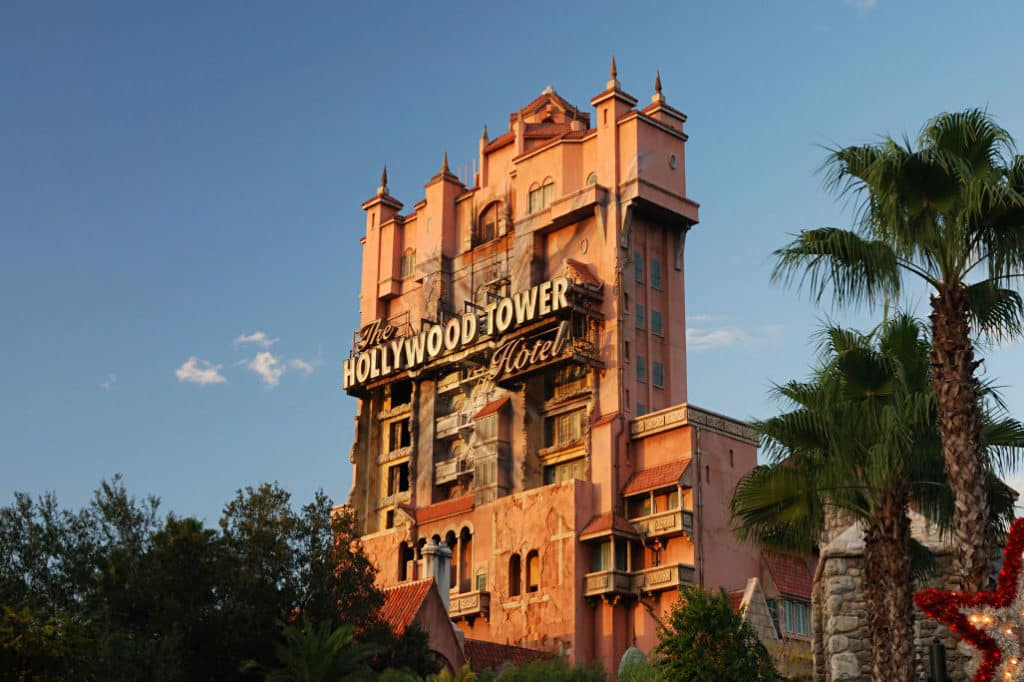 Vista da Torre do Terror (Tower of Terror) no Disney Hollywood Studios. Foto de Alexf via Wikimedia.