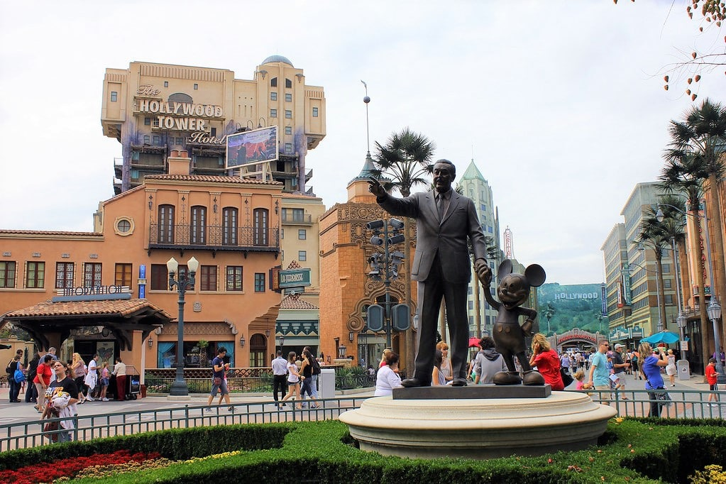 O elevador Twilight Tower of Terror do Walt Disney Parc em Paris, com estátua de Walt Disney e Mickey à frente. Foto de David Jafra via Flickr.