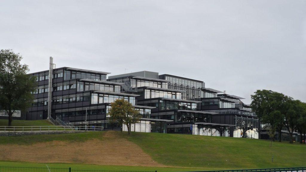 Vista de prédios da Universidade de Brighton. Foto de Editor5807 via Wikimedia.