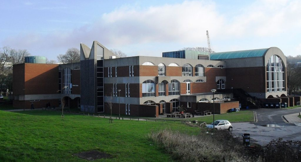 Vista de prédio da Universidade de Sussex, em Brighton. Foto de The Voice of Hassocks via Wikimedia.