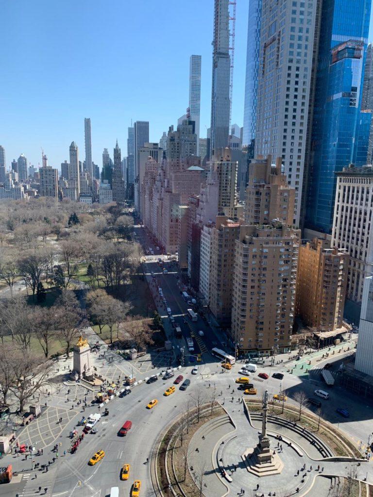 Roteiro Nova York 1 dia: vista do Columbus Circle pela janela do restaurante Asiate.