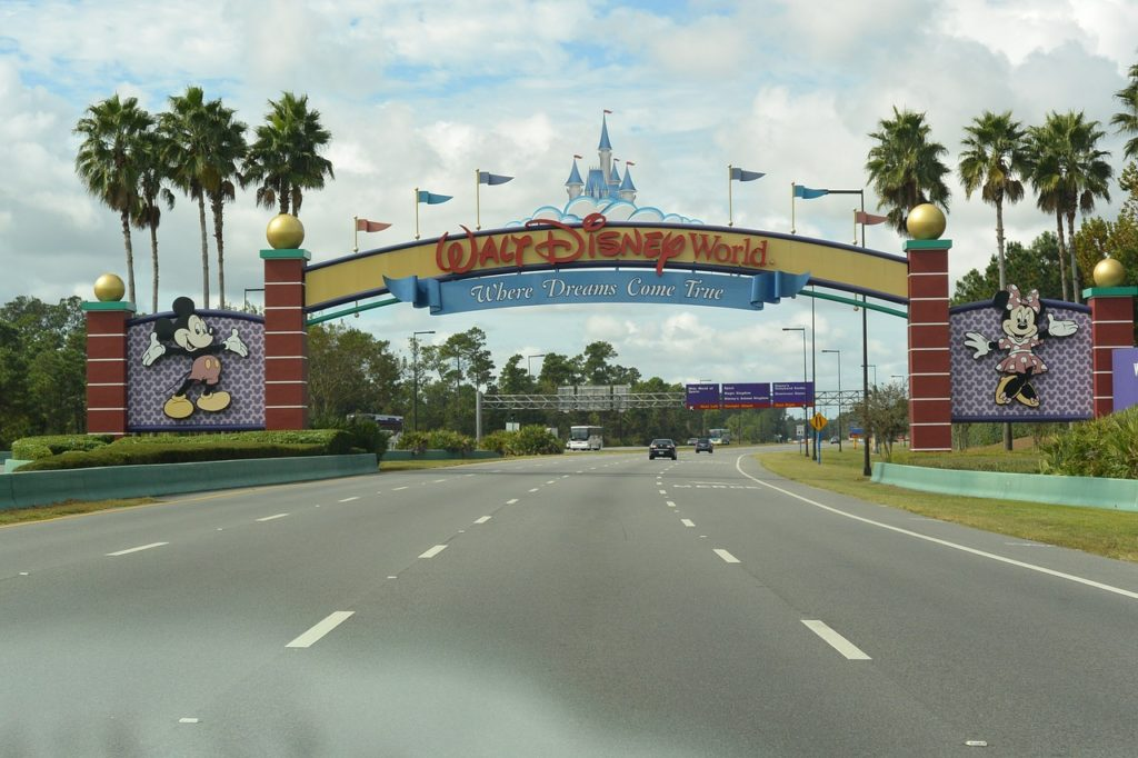 Estrada da entrada do Walt Disney World. Foto: Ximena-c por Pixabay