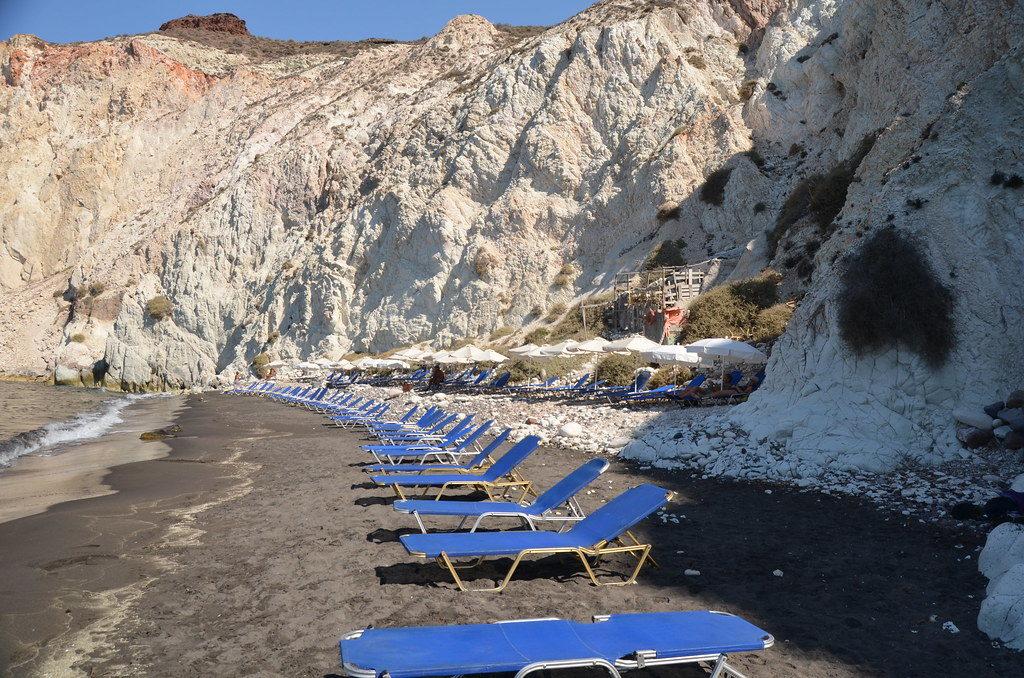 Vista da White Beach com espreguiçadeiras. Foto de Ernest McGray, Jr. via Wikimedia.