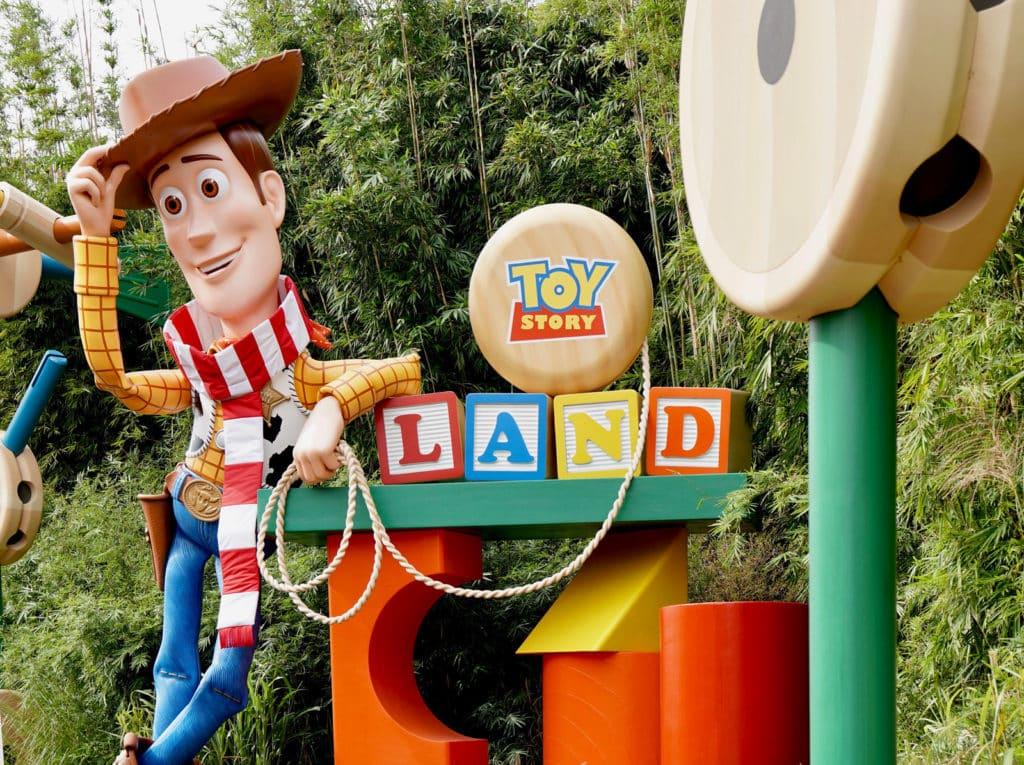 Personagem Woody, de Toy Story, em espaço do mais novo dos parques Disney, o Toy Story Land. Foto: magicguides.com