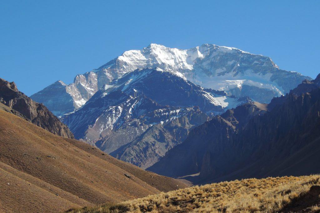 Vista do pico do Aconcágua no Parque Provincial homônimo. Foto de Miguel via Flickr.