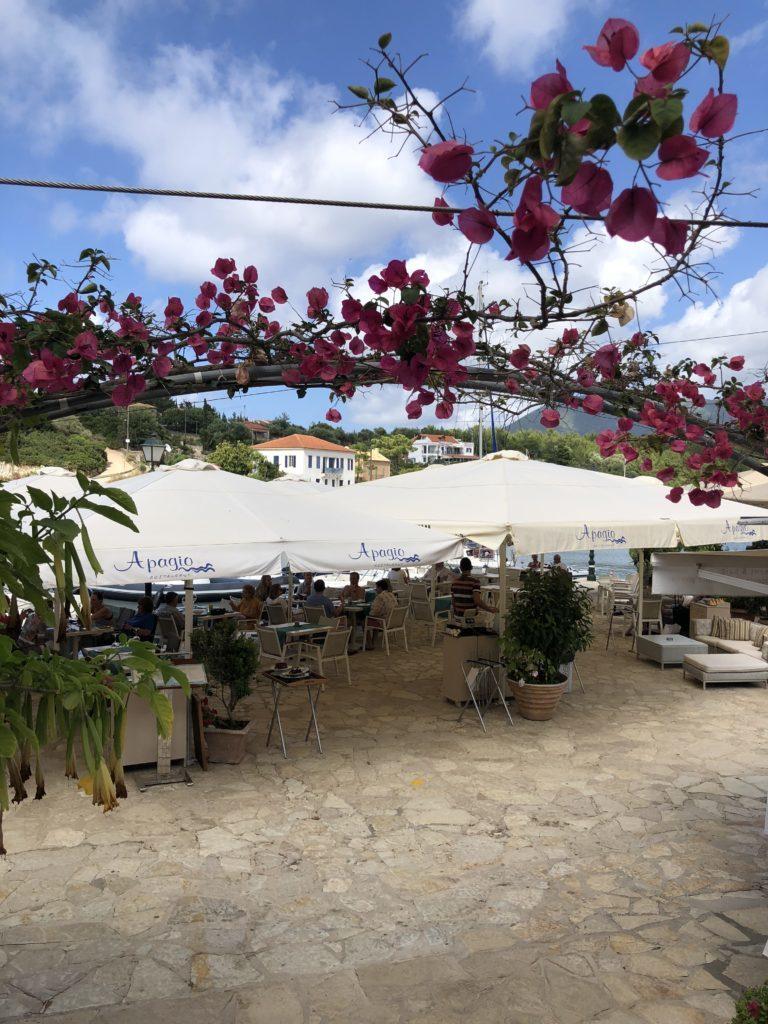 O restaurante Apagio em Faskardo, com vista para a marina
