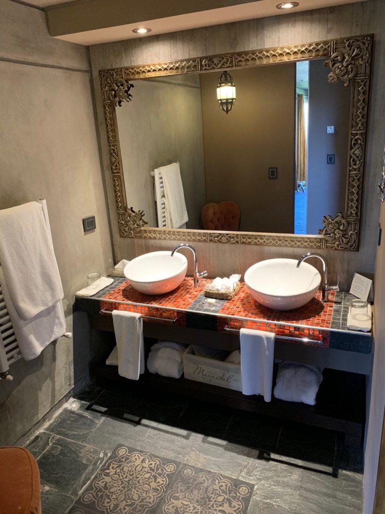 Banheiro do Entre Cielos, com duas pias e espelho grande. Foto de Bruno Tavares