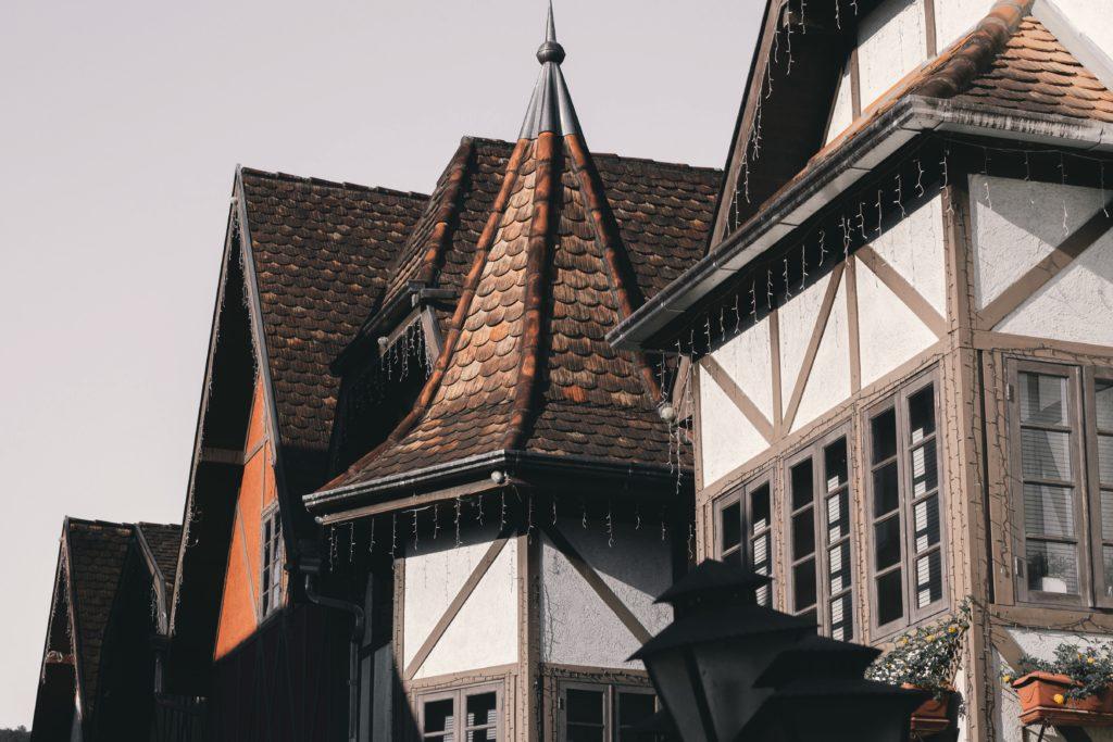 Telhados de casinhas em estilo germânico, na cidade de Blumenau, em Santa Catarina. Foto de Juliana Kozoski via Unsplash.