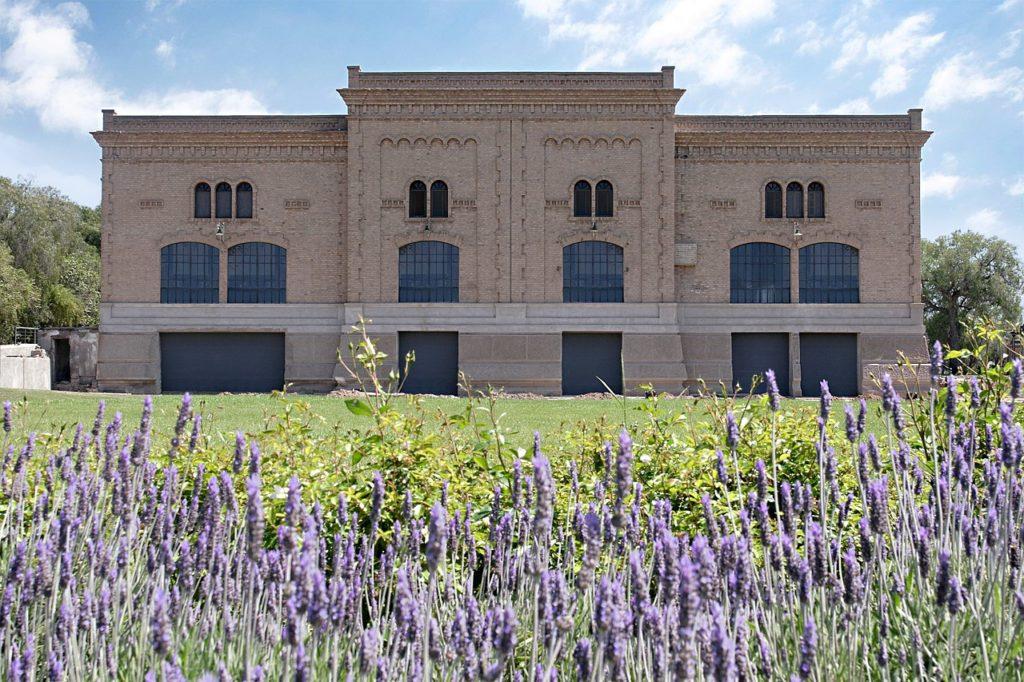 Vista de prédio da bodega Trapiche, com jardim de flores lilás à frente. Foto de NMS_FW via Flickr. Vinicola Mendoza