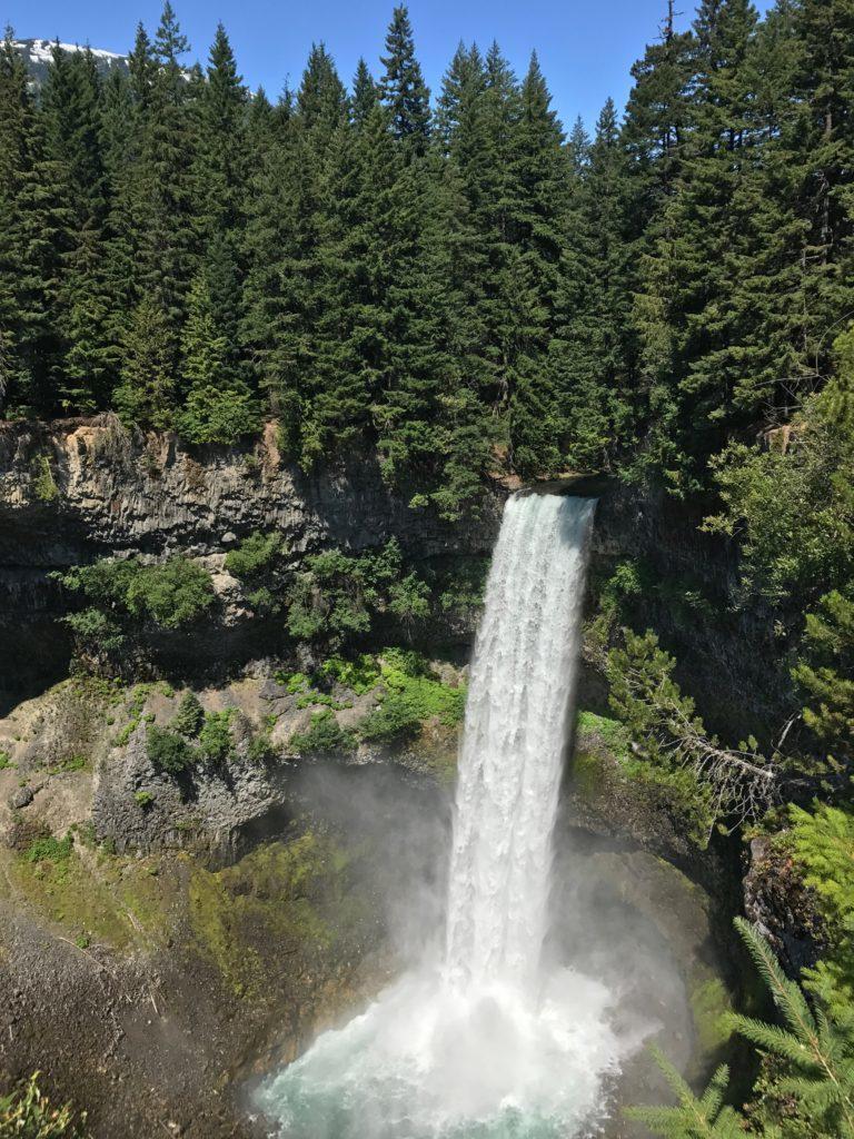 O que fazer em Whistler - Brandywine Falls - um dos muitos lugares lindo pelo caminho da Sea to Sky Highway