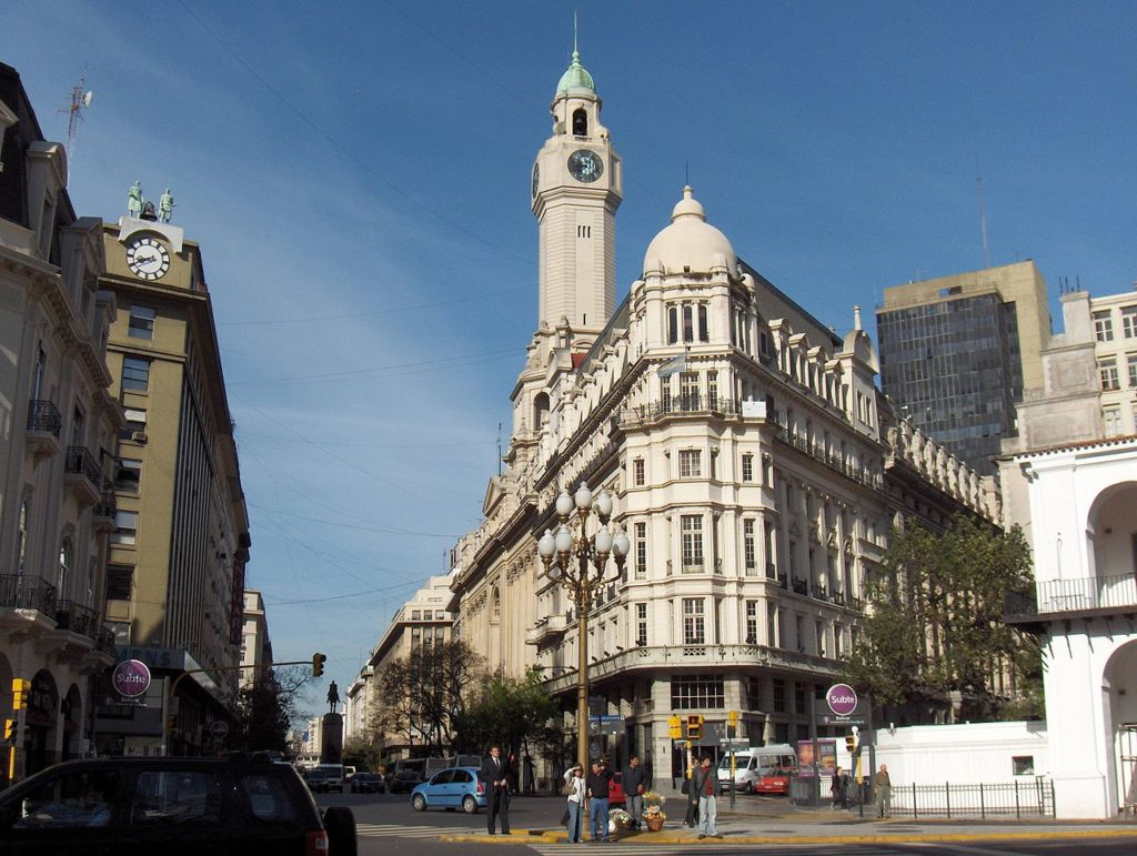 Vista de prédio diagonal, característico de Buenos Aires, na Argentina. Foto: Sking via Wikimedia.