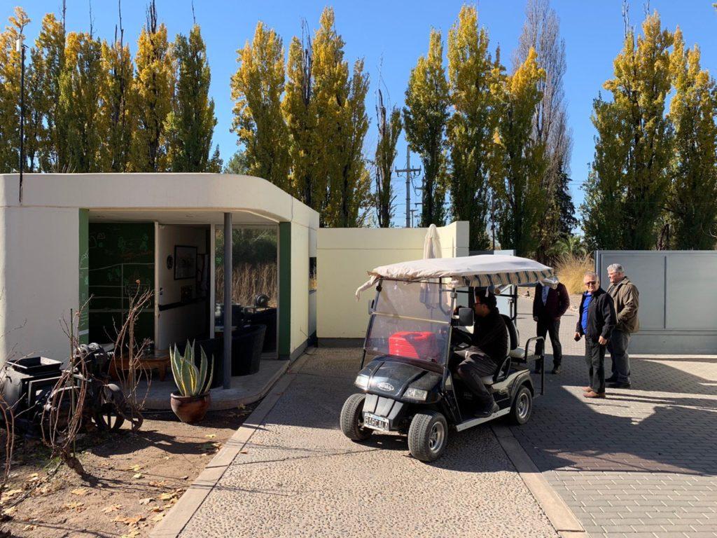 Carrinho de golfe na entrada do Entre Cielos Mendoza. Foto: Bruno Tavares