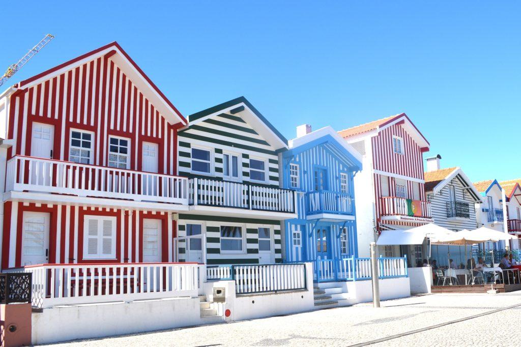 Vista das casinhas coloridas da região de Ílhavo,. Foto de michelmondadori via Pixabay.