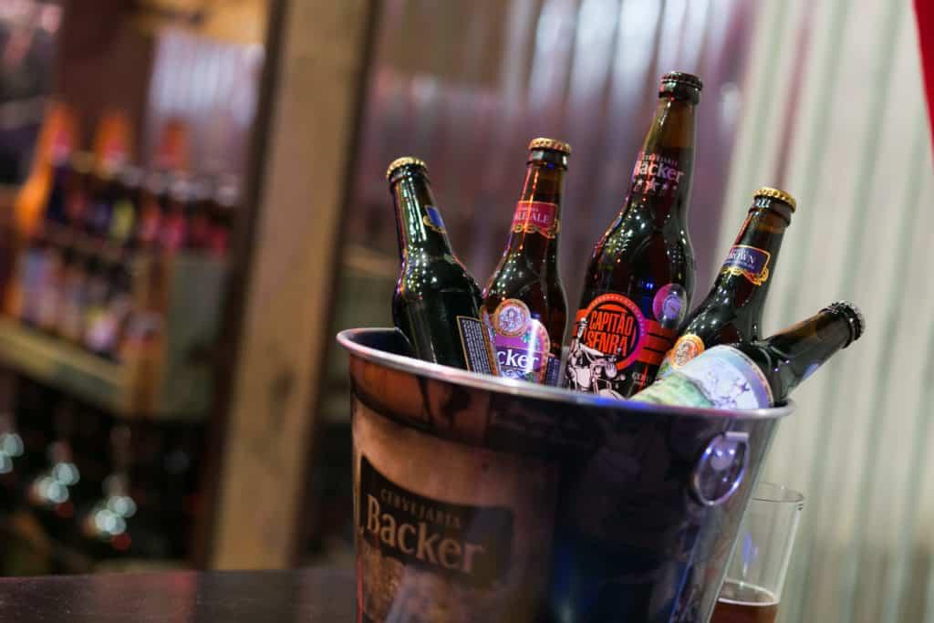 Na foto vemos um balde com cinco garrafas de cerveja diferentes. Foto do site oficial Parque Vila Germânica.